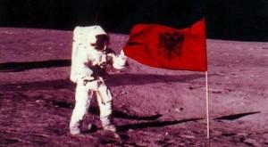Allan Shepard, Flamuri shqiptar ne Hene
