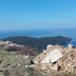 Në vendin e Pikës së vrojtimit: TONË MBETJESH NDËRTIMORE MBI VALDANOS