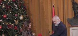 Tiranë: KRYEMINISTRI I SHQIPËRISË I NDANË MEDALJEN E ARIT SKUADRËS SHPËTUESE NGA MZ