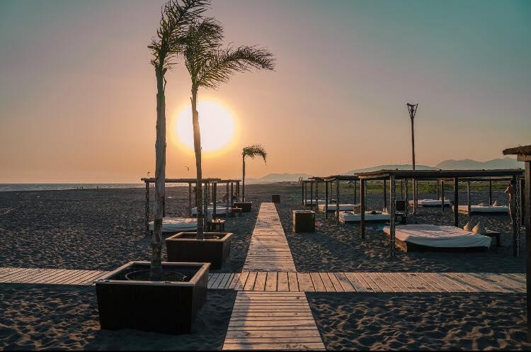 Edhe dy javë hapen plazhet: RESPEKTIMI I DISTANCËS OBLIGIM, KONTROLLI MË I SHPESHTË I CILËSISË SË UJIT